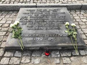 Auschwitz-Birkenau Gedenktafel zwischen den Krematorien 2 und 3