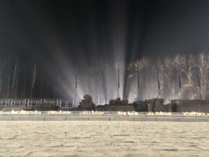 Auschwitz-Birkenau Monument zwischen den Gaskammern 2 und 3