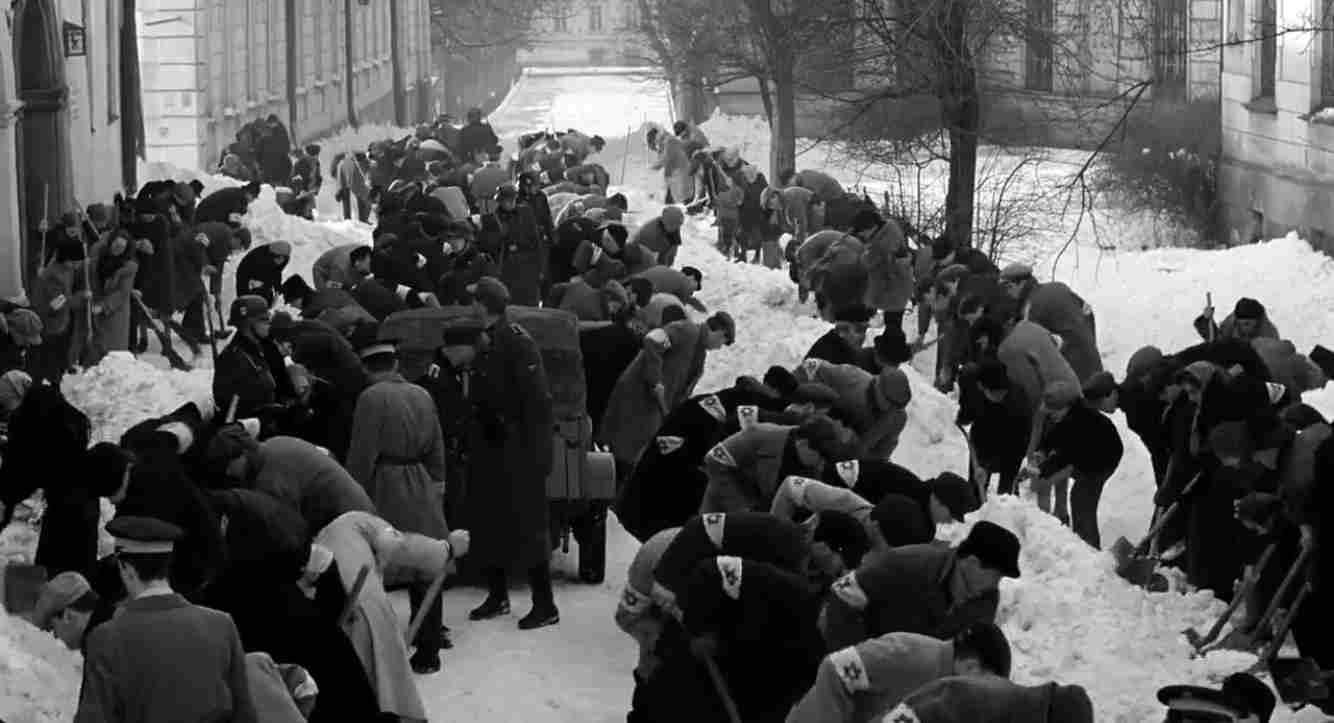 Schindlers Liste Filmszene Juden bei Schneeräumung